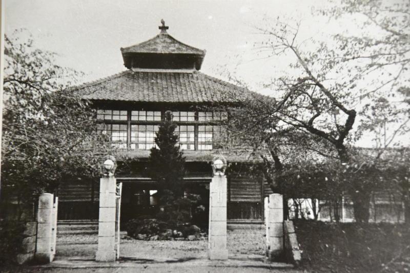 創立当時の校舎校門