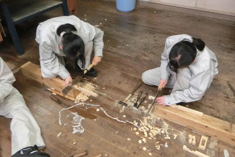 組木の材料にノコを入れているところ